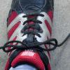 長過ぎる靴紐(くつひも)を短くする