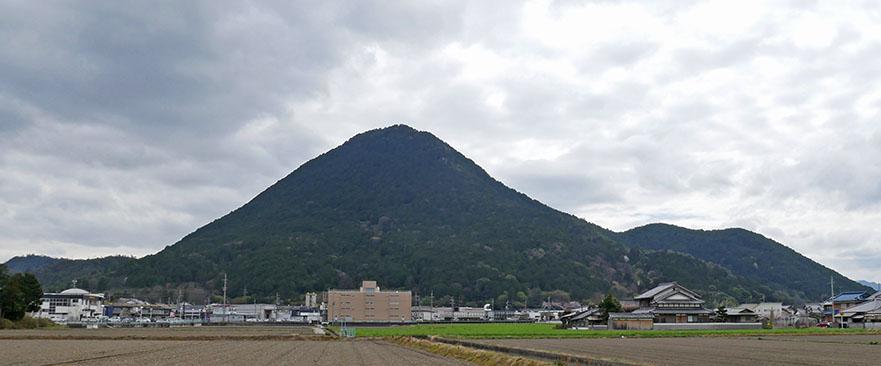 三上山全景.jpg