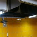 キッチンの吊り戸棚下に照明を取り付け