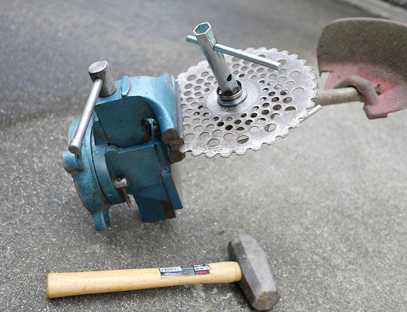 刈り払い機回転刃の取り外し