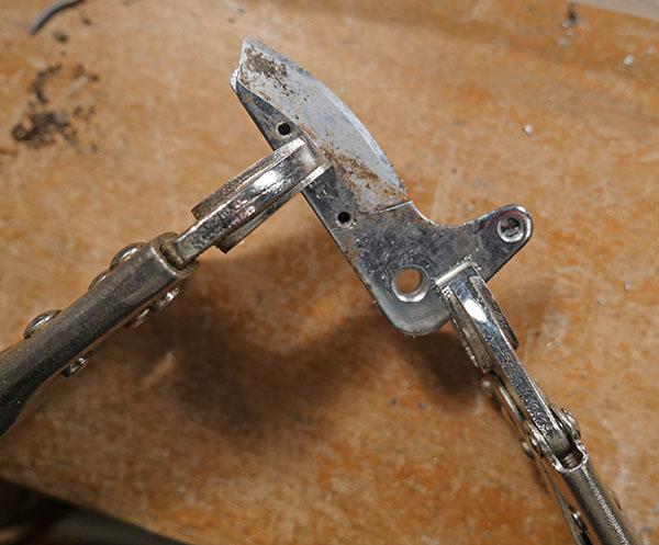 刃と支持板を重ねて6mmの孔を開けたところ