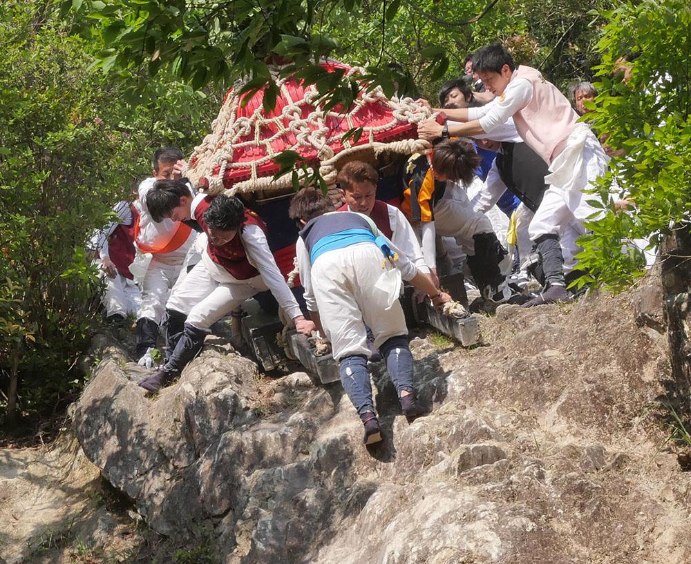 岩の上の神輿