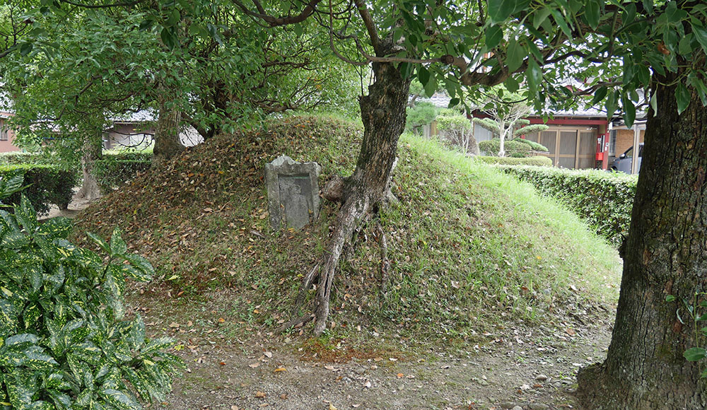 舎人(とねり)の佐伯部仲子(さえきべのなかちこ)の墳丘