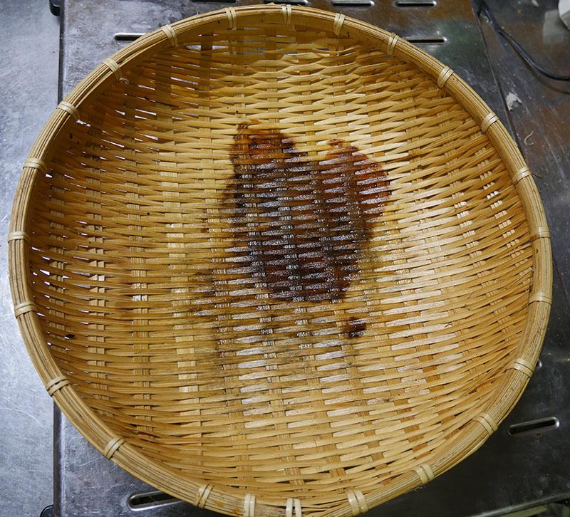 染みがついた竹製ザル
