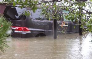 水に浸かった車