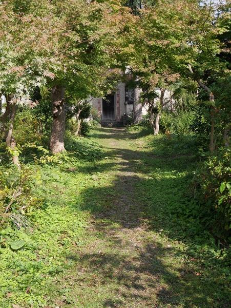 玄関へ向かう道