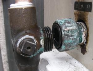 給水口水漏れ